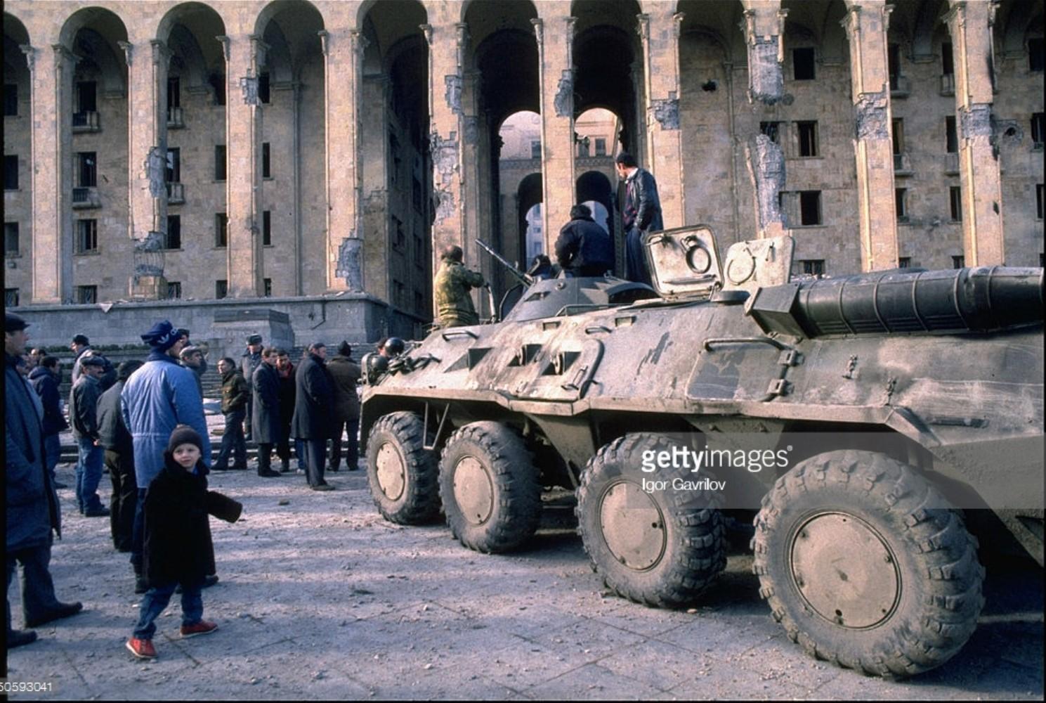 1991. 27 декабря. Тбилиси. Бойцы оппозиции на захваченном танке