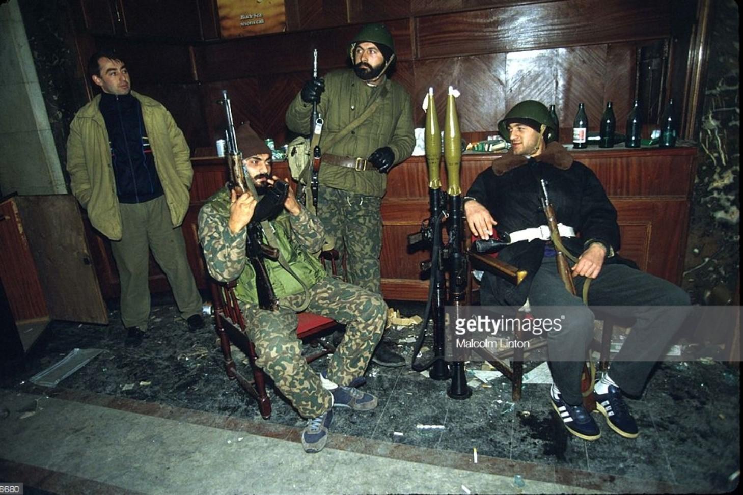 1991. 27 декабря. Тбилиси. Бойцы оппозиции сидят с автоматами и ракетными установками