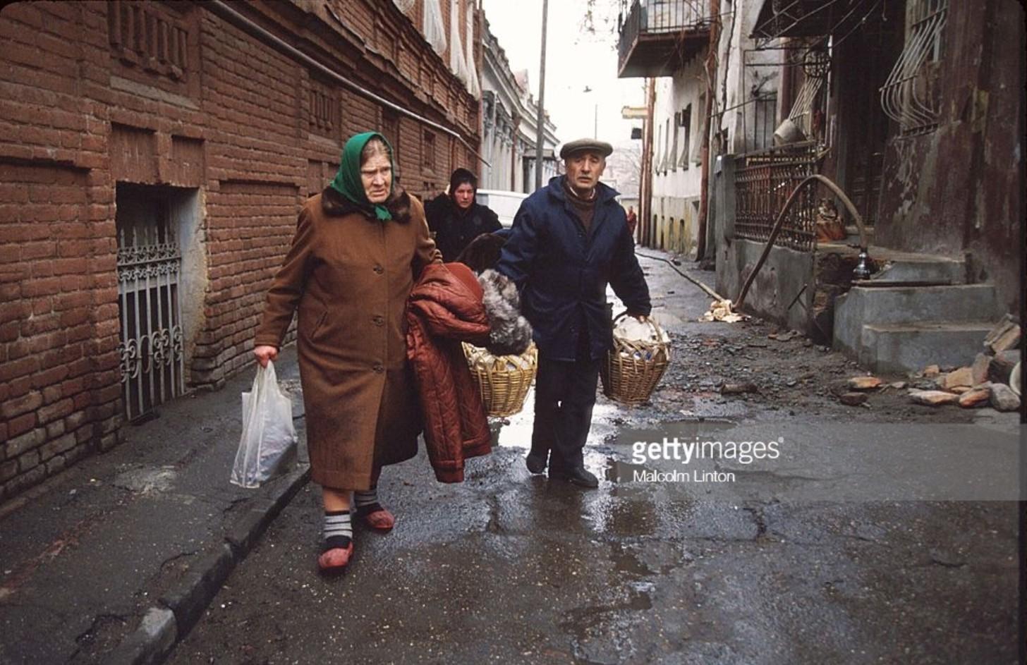 1991. 31 декабря. Тбилиси. Группа гражданских лиц  в зоне боевых действий возле здания парламента