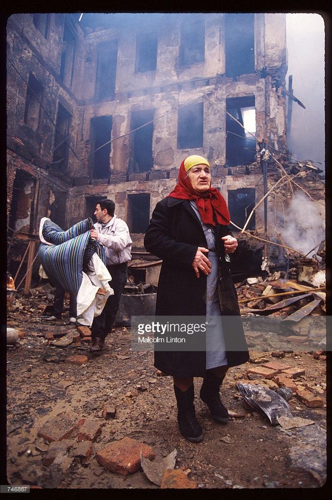 1991. 31 декабря. Тбилиси. Женщина в зоне боевых действий возле здания парламента