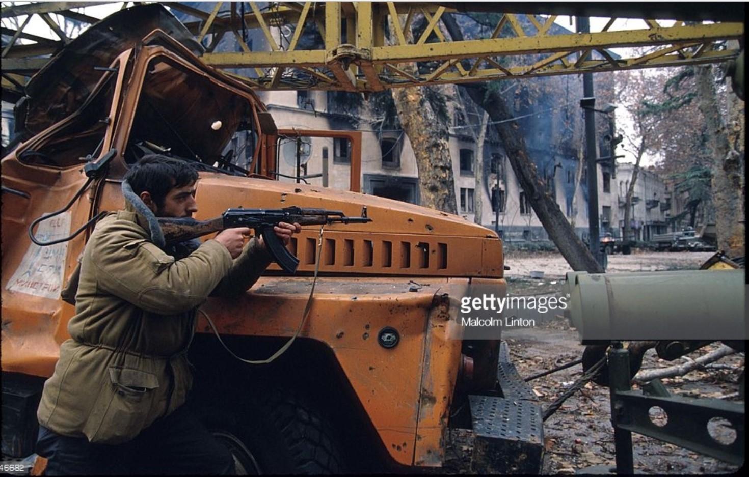 1991. 31 декабря. Тбилиси. Солдат со штурмовой винтовкой