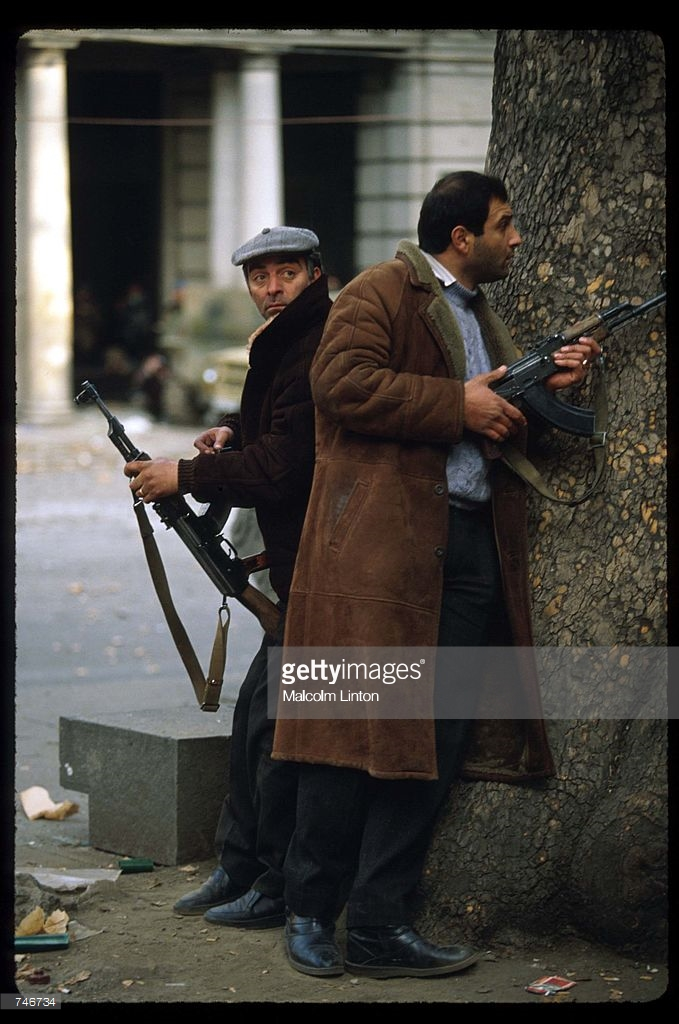 1991. Декабрь. Тбилиси. Бойцы оппозиции  рядом с деревом