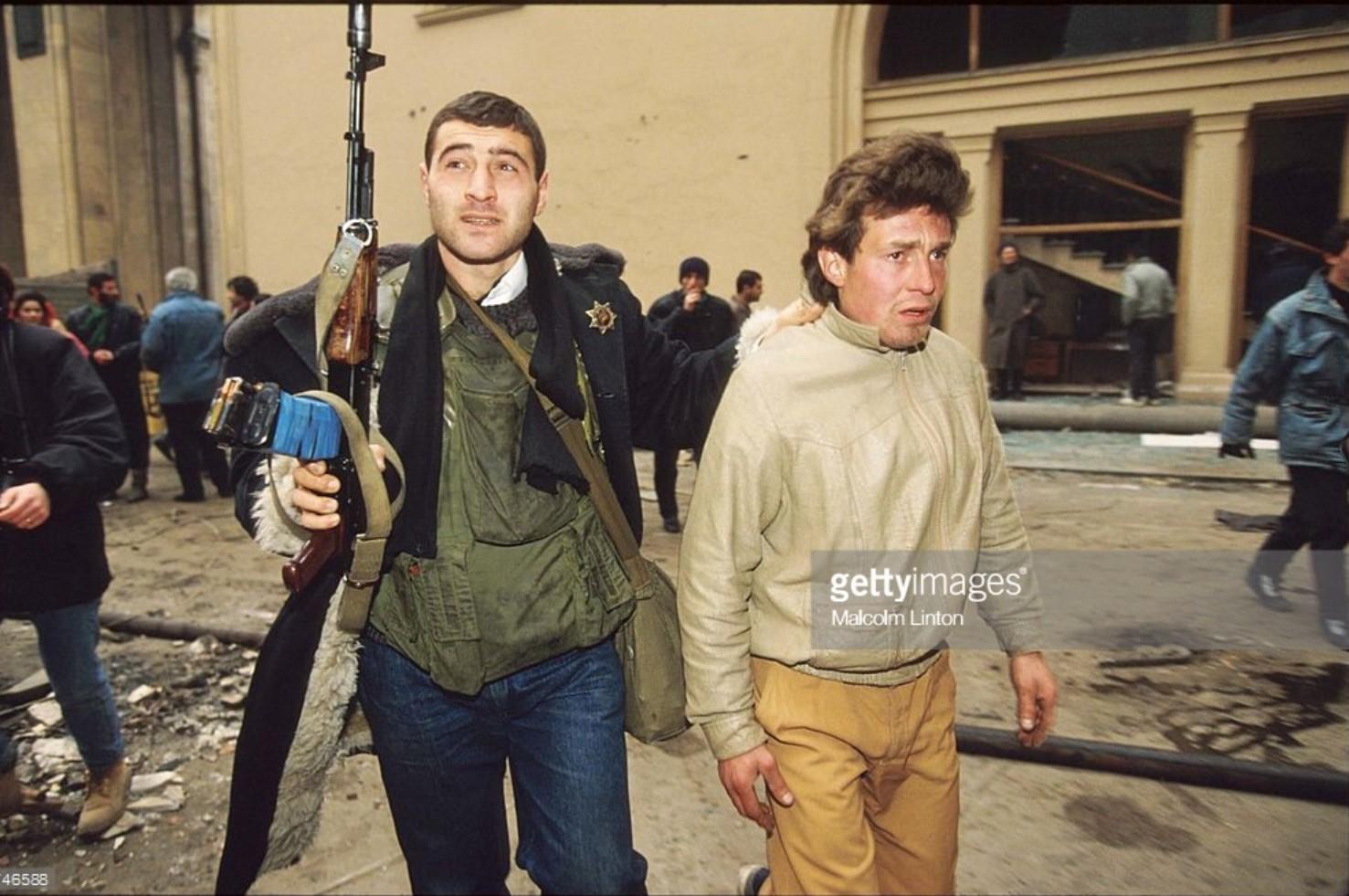 1992. 6 января. Тбилиси. Боец оппозиции ведет на допрос неизвестного человека