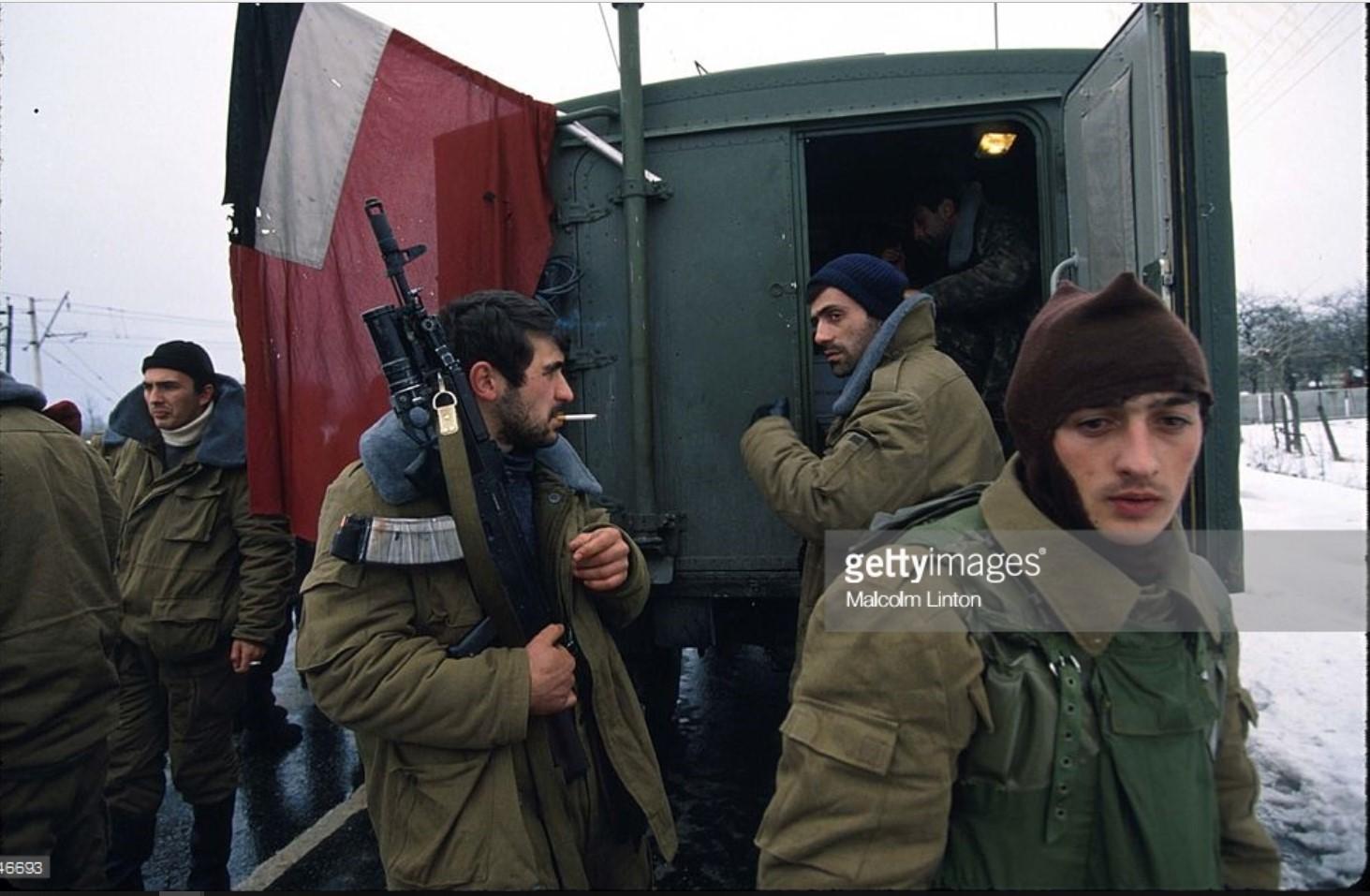 1992. Январь. Абаши. Грузинские солдаты охраняют контрольно-пропускной пункт на мосту Цшеницхали (2)