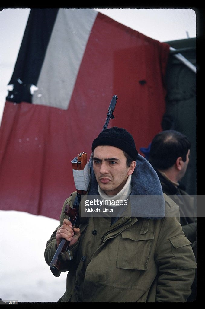 1992. Январь. Абаши. Грузинские солдаты охраняют контрольно-пропускной пункт на мосту Цшеницхали