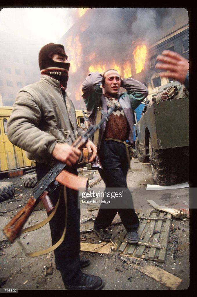1992. Январь. Тбилиси. Боец оппозиции с военнопленным