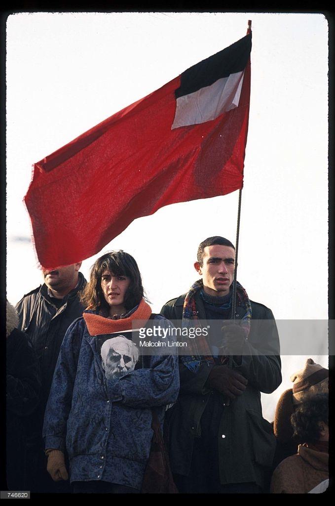 1992. Январь. Тбилиси. Сторонник Гамсахурдиа держит флаг Грузии на демонстрации