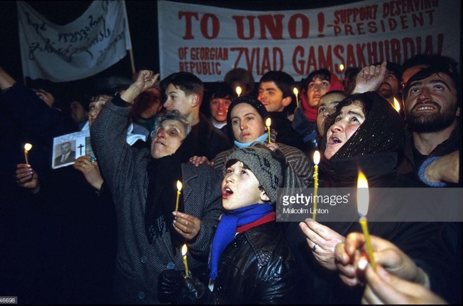 1992. Январь. Тбилиси. Сторонники Гамсахурдиа держат свечи и знамя на демонстрации