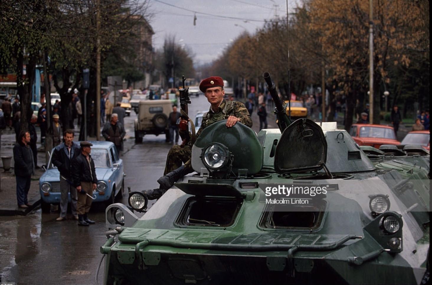 1993. Южная Осетия. Грузинский солдат стоит в бронированной машине