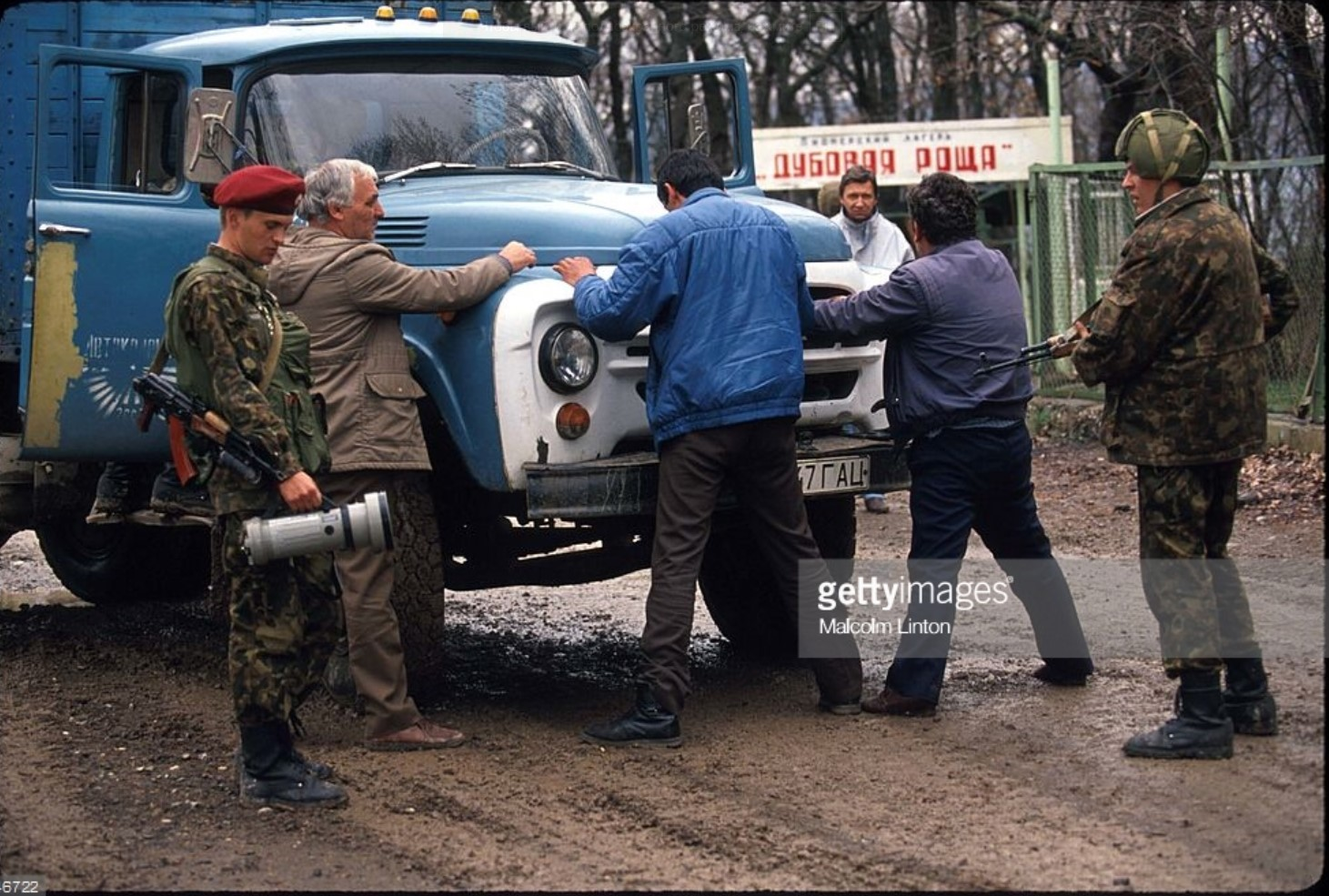 1993. Южная Осетия. Грузинские солдаты задерживают подозреваемых в принадлежности к повстанцам