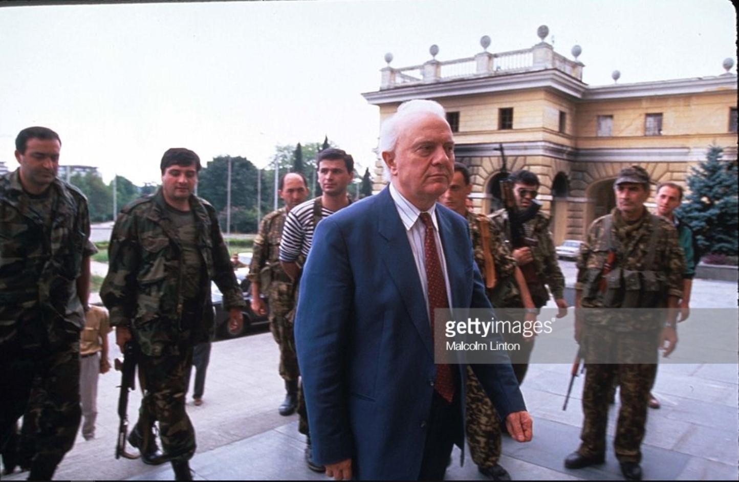 1993. Сентябрь. Сухуми. Президент Грузии Эдуард Шеварднадзе с солдатами возле здания парламента