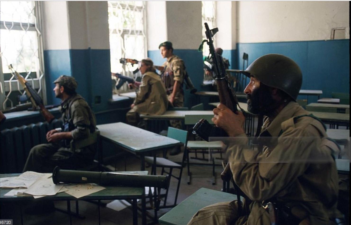 1993. 28 сентября. Сухуми. Абхазские солдаты во время штурма здания парламента