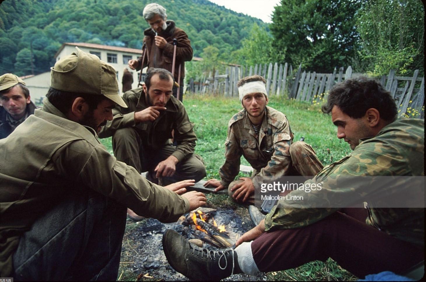 1993. 29 сентября. Окрестности Сухуми.  Группа грузинских солдат сидит возле костра