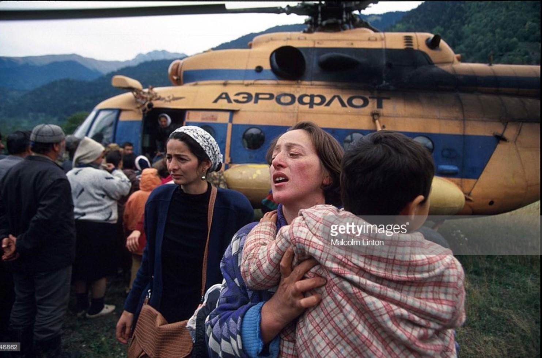 1993. 29 сентября. Окрестности Сухуми. Беженцы пытаются сесть на вертолет