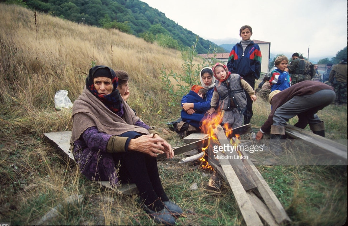 1993. 29 сентября. Окрестности Сухуми. Группа беженцев сидит возле костра