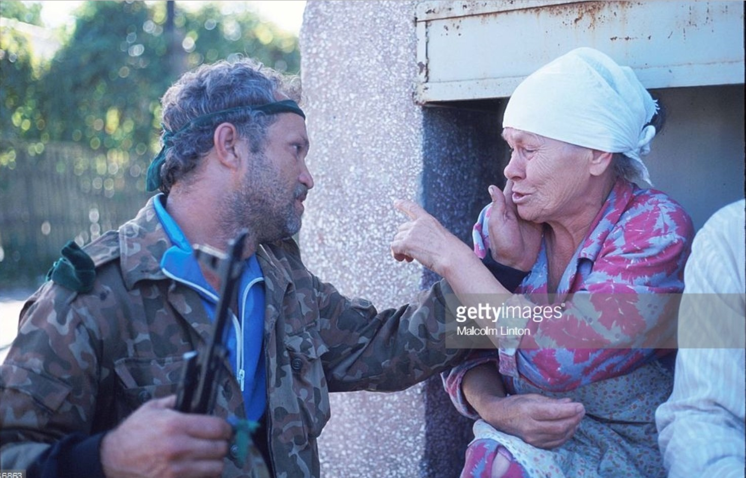 1993. 29 сентября. Сухуми.  Солдат разговаривает с женщиной