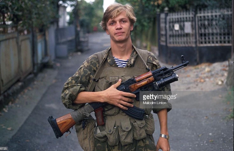 1993. 29 сентября. Сухуми. Грузинский солдат позирует на камеру