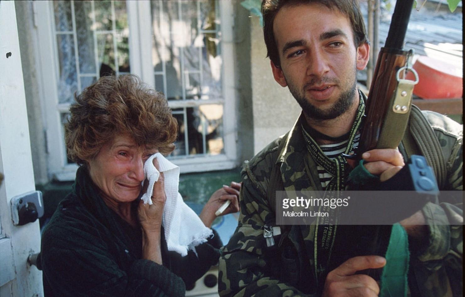 1993. 29 сентября. Сухуми. Женщина с солдатом