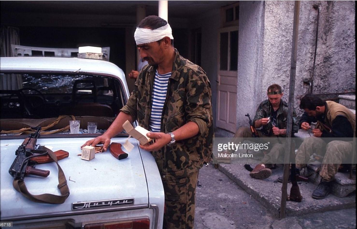 1993. 29 сентября. Сухуми. Солдат проверяет свои боеприпасы