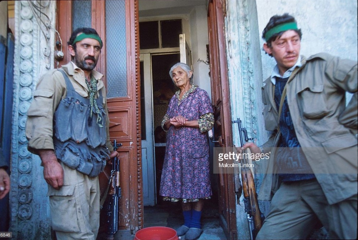 1993. 29 сентября. Сухуми. Солдаты и пожилая женщина