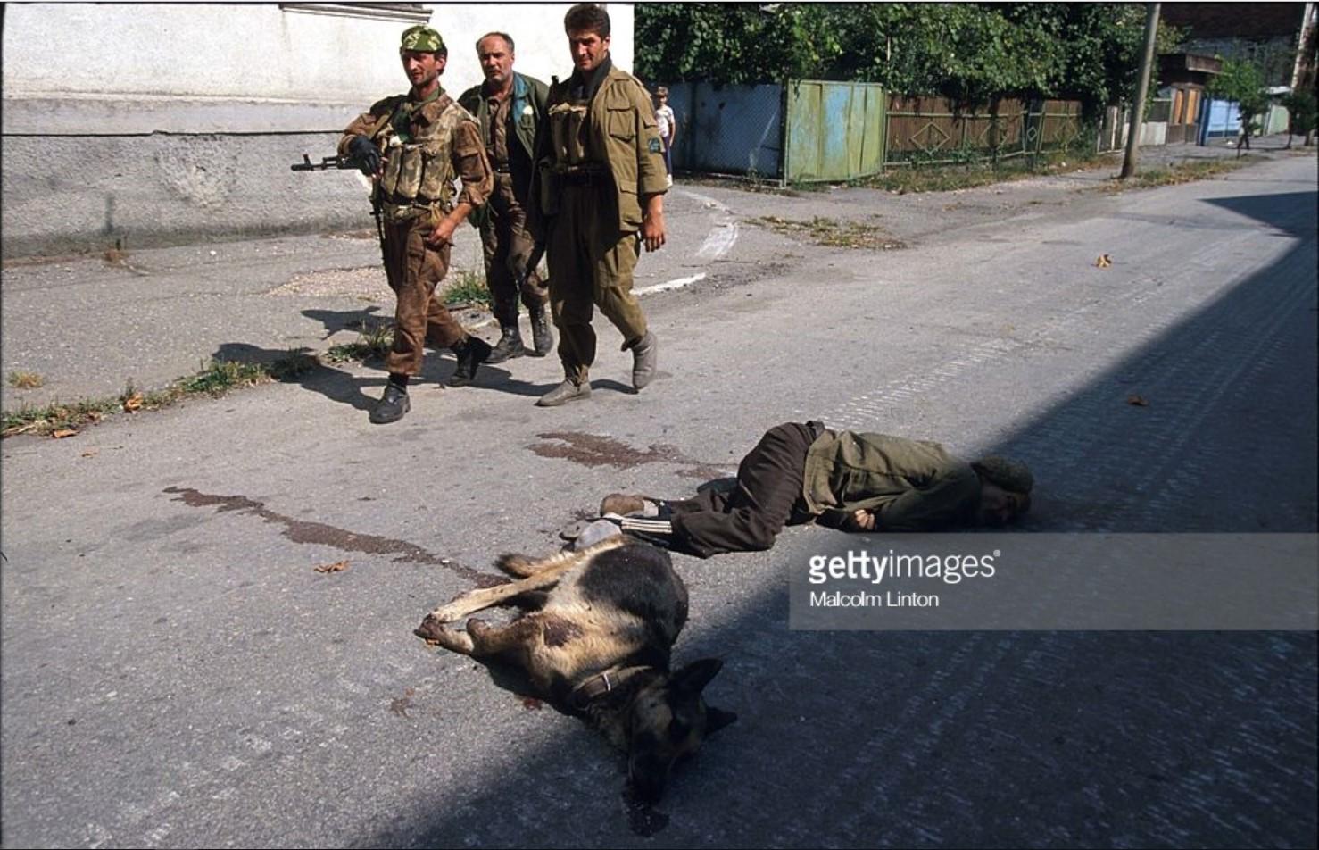 1993. 29 сентября. Сухуми. Солдаты проходят мимо тел мужчины и собаки