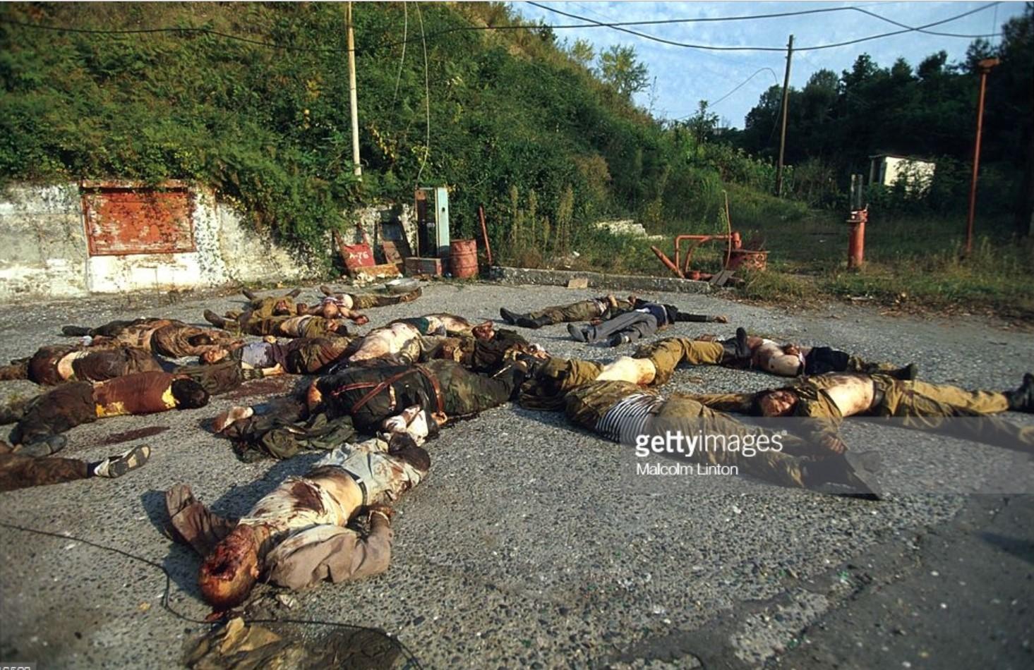 1993. 29 сентября. Сухуми. Мертвые грузинские солдаты лежат на тротуаре