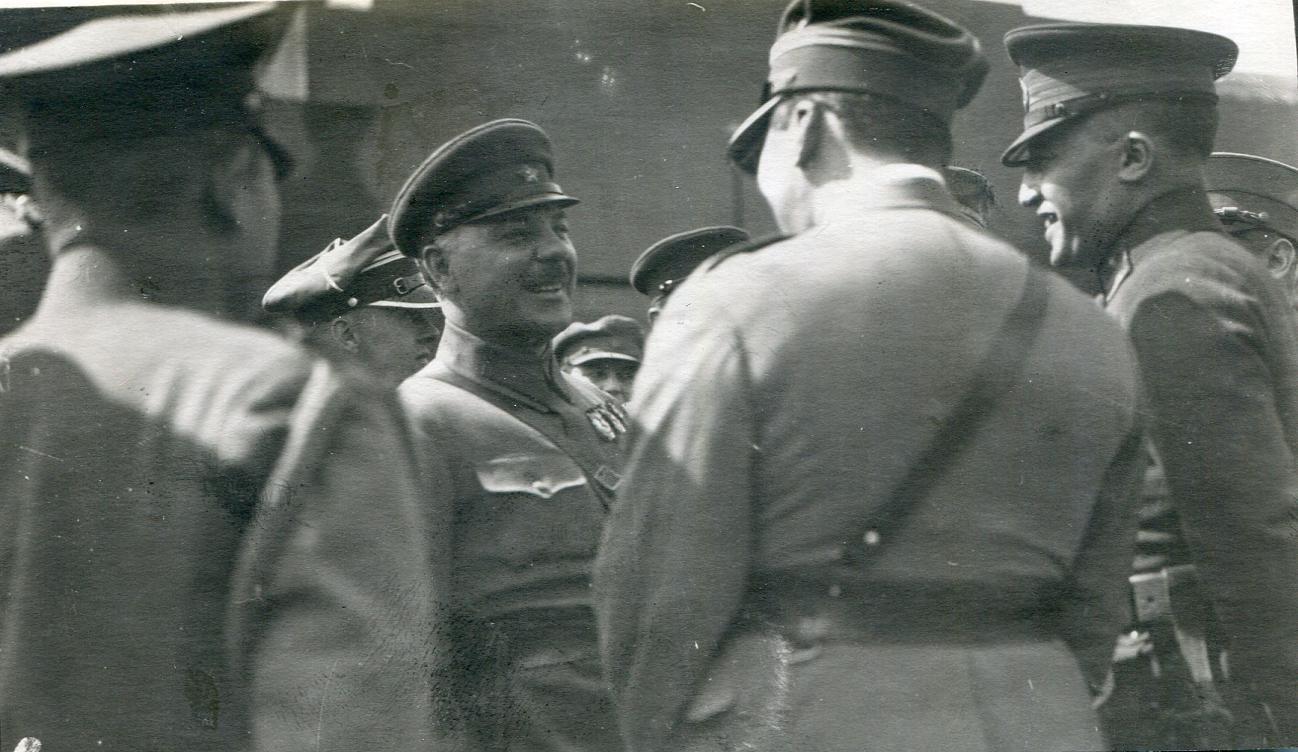 1931.  Ворошилов беседует с иностранным военным атташе