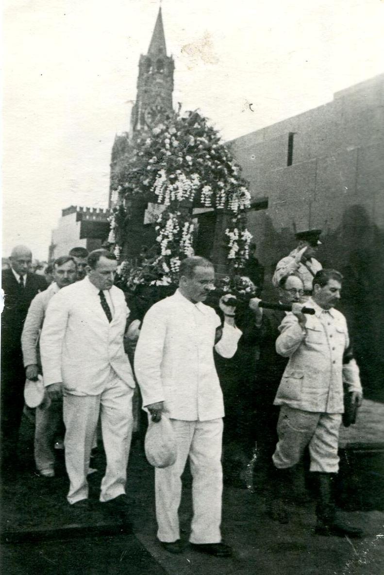 1935.  Сталин, Молотов на похоронах А. П. Карпинского.