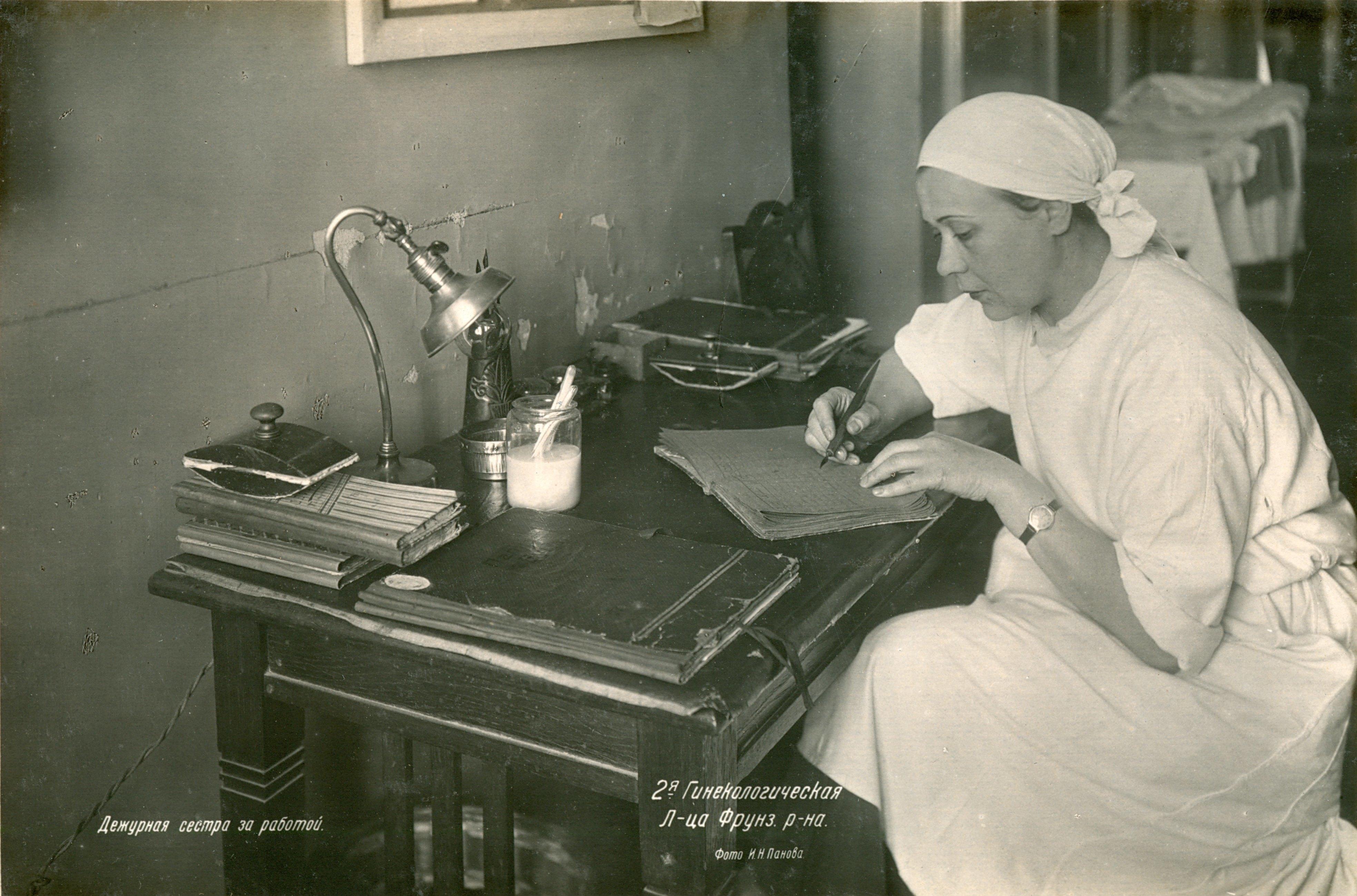 Дежурная сестра за работой