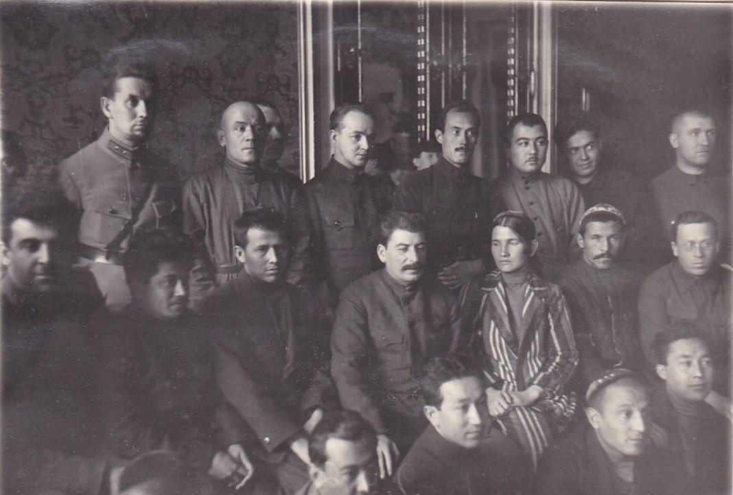 1930. Сталин в группе делегатов Таджикистана