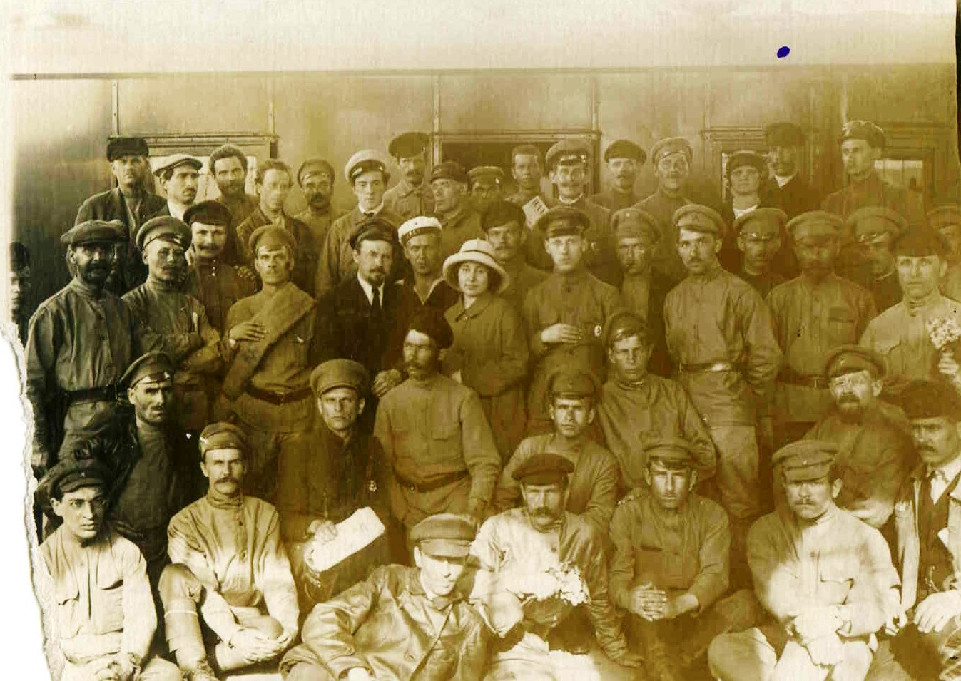 1918. Члены Моссовета, отъезжающие на Петроградский фронт. Москва