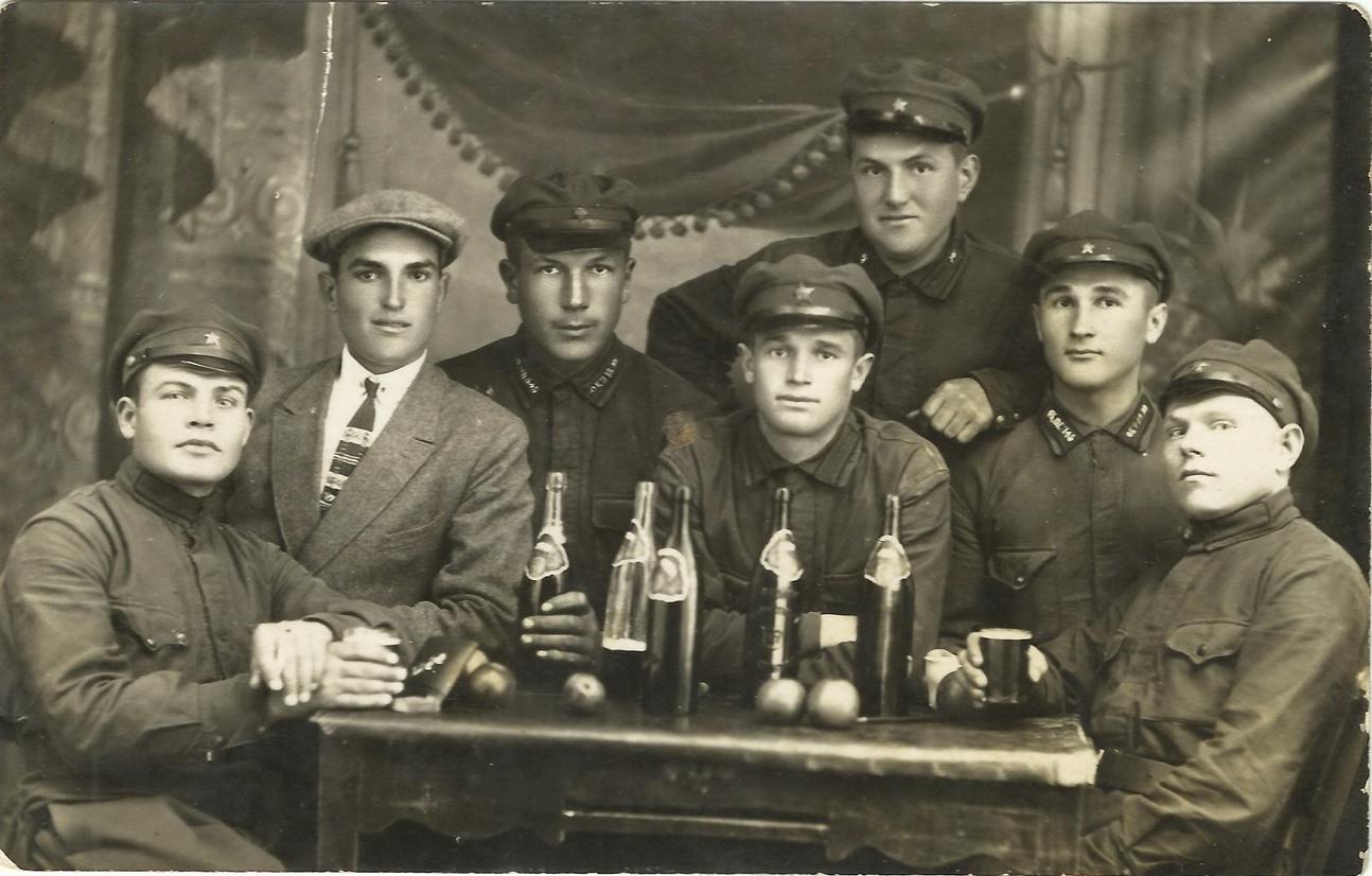 1928.  Солдаты пьют пиво