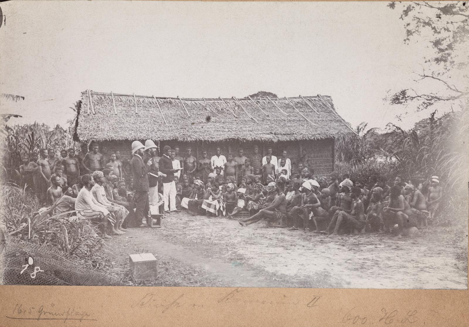 Групповой портрет с двумя исследователями и жителями деревни