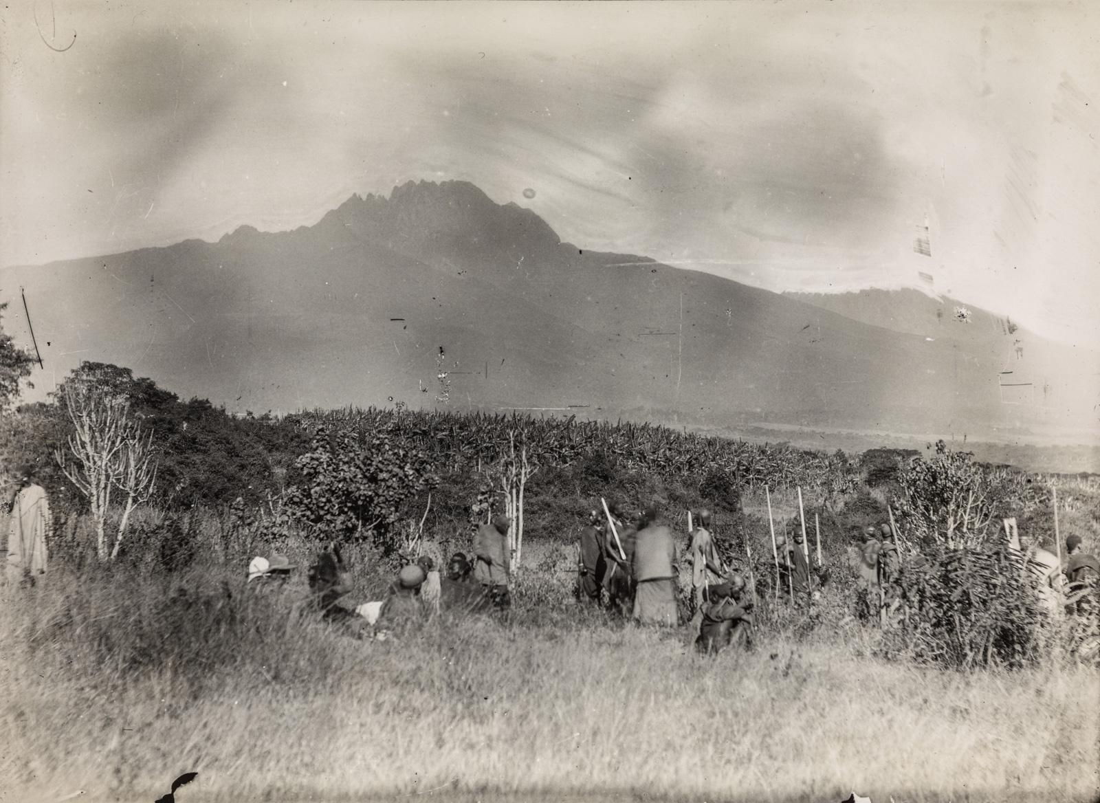 Исследователи и их спутники останавливаются в окрестностях горы Килиманджаро