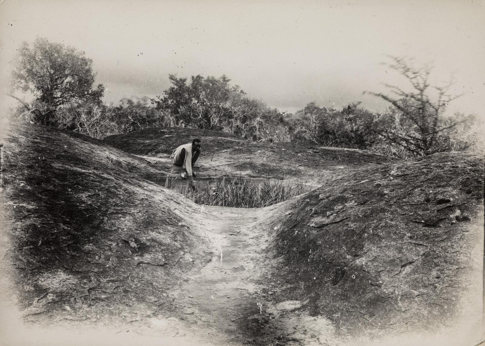По пути к небольшому водоему