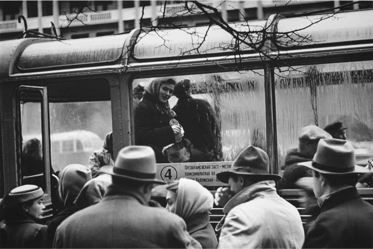 1958.  Кондуктор троллейбуса