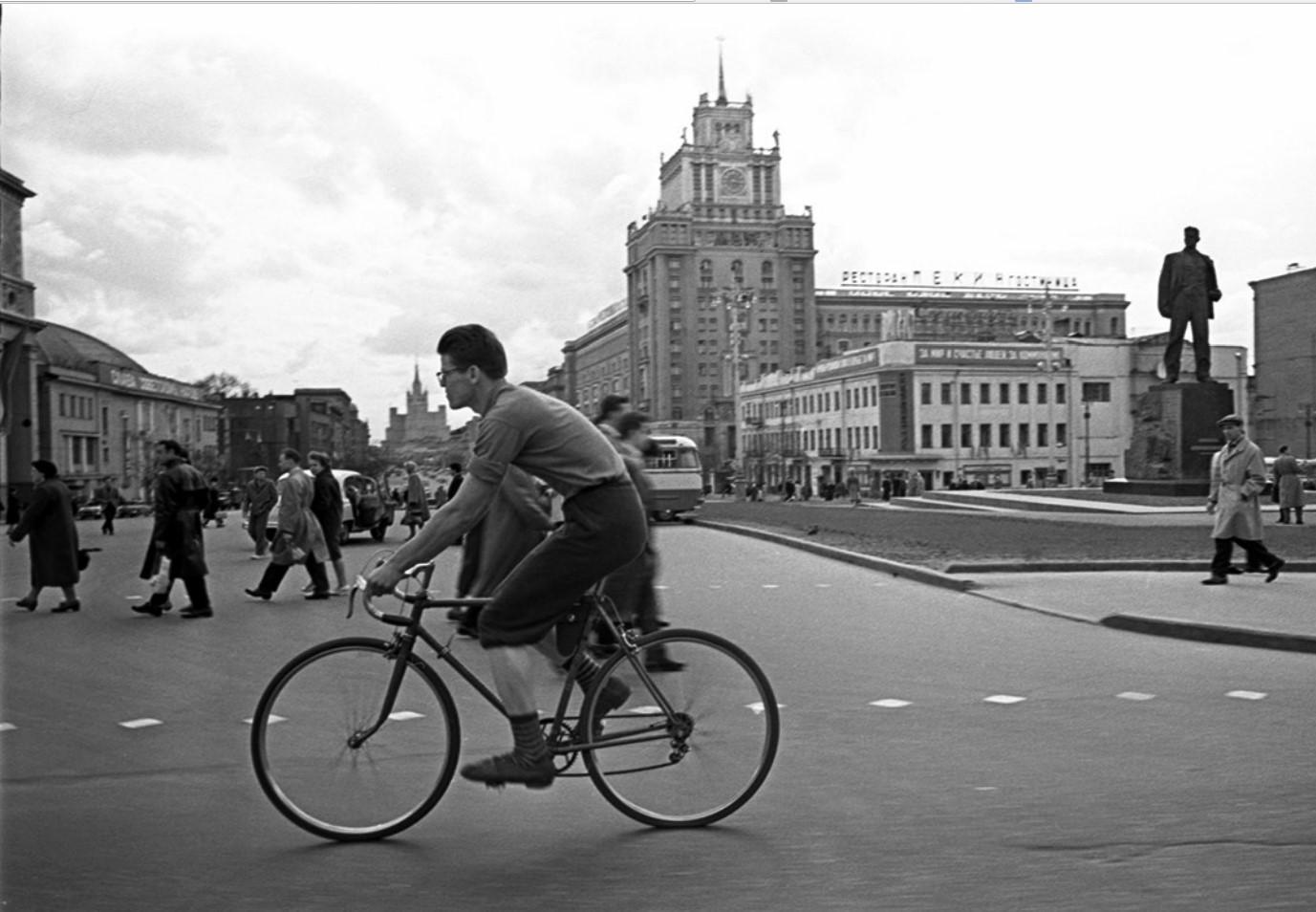 1958. Велосипедист на площади Маяковского.
