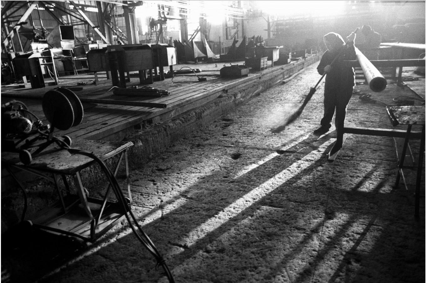Омск. Женщина на заводе