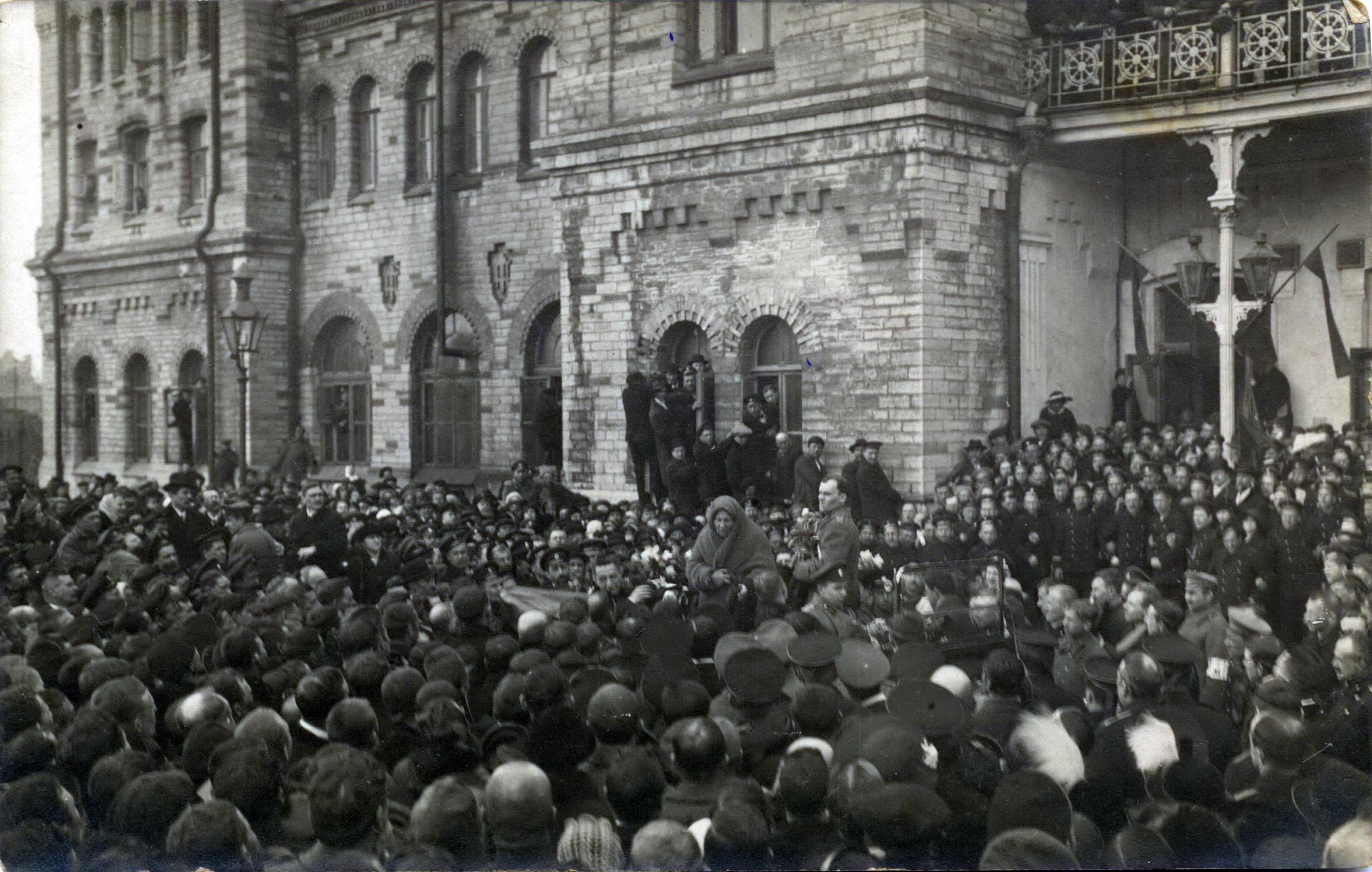 1917. Е.К. Брешко-Брешковская на Балтийском вокзале Ревеля. 6 апреля