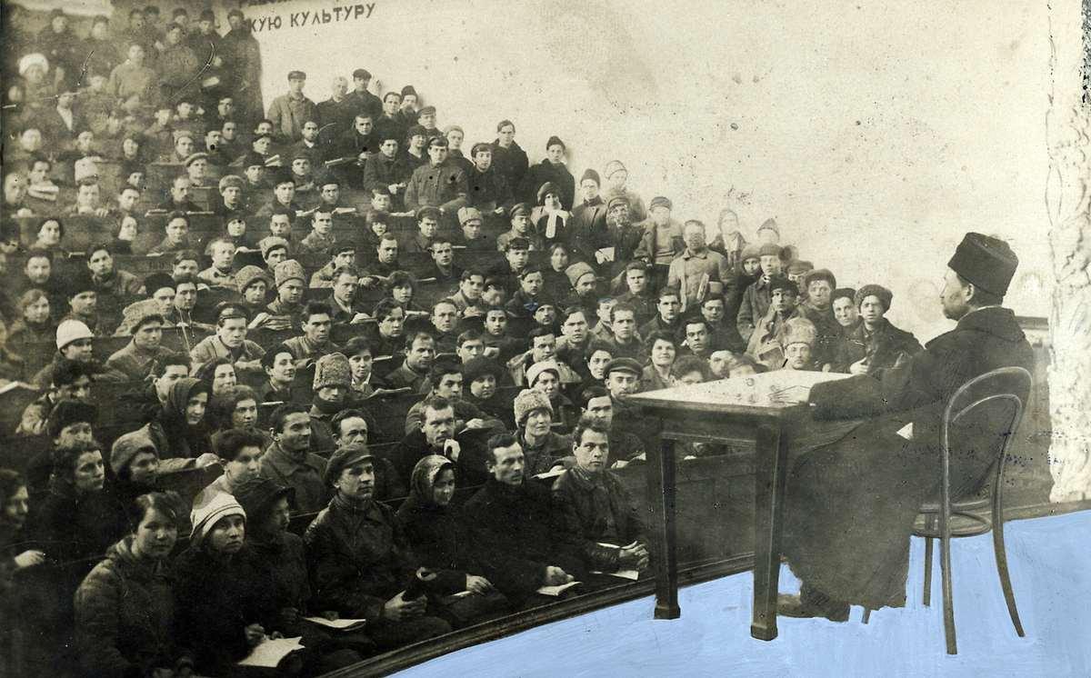 1923.  Аудитория, заполненная студентами и студентками, слушающими лекцию преподавателя Московского университета