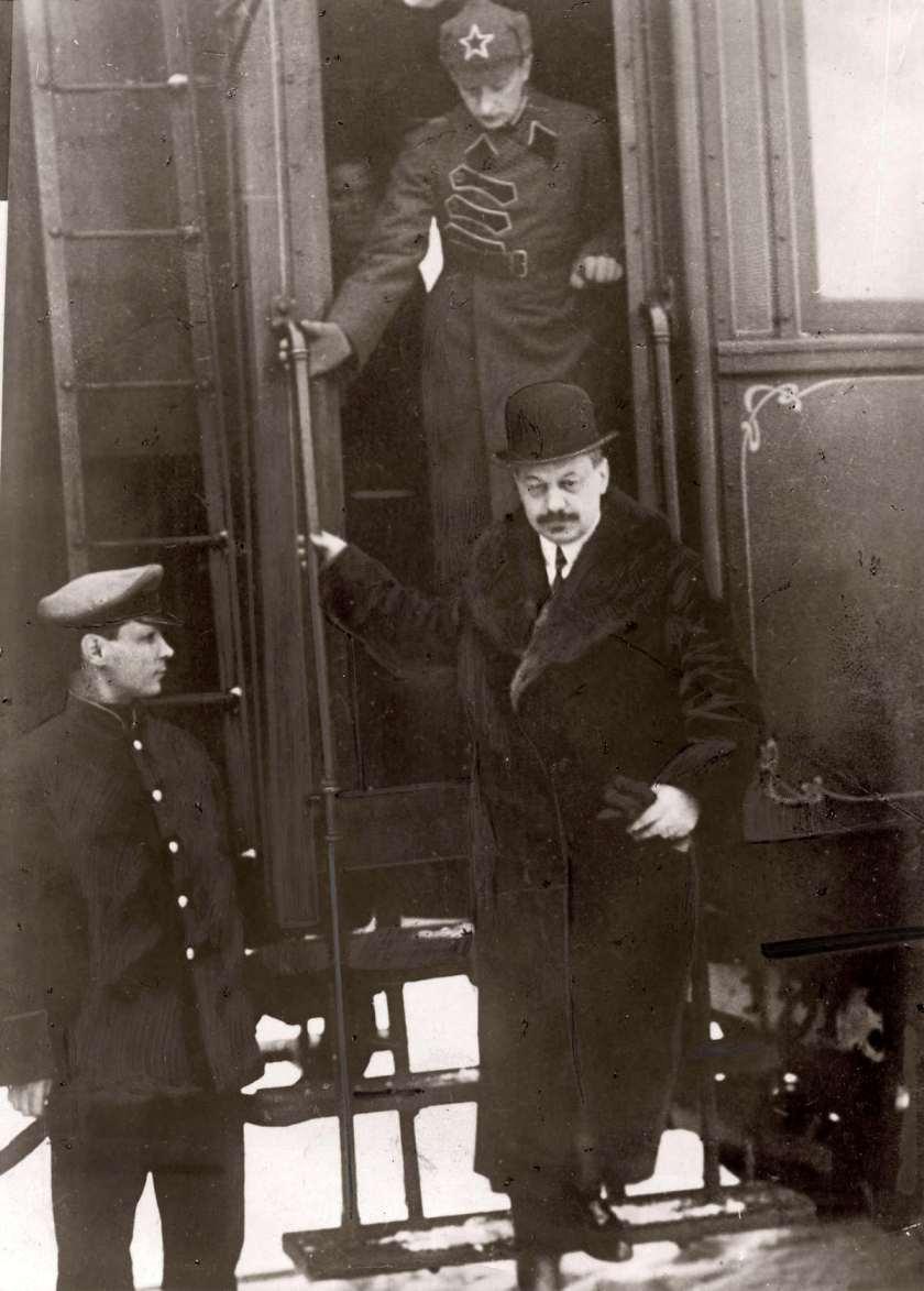 1925. Французский посол Жан Хербетт сходит с поезда по прибытию в Москву. Он стал первым послом Франции в России после свержения монархии