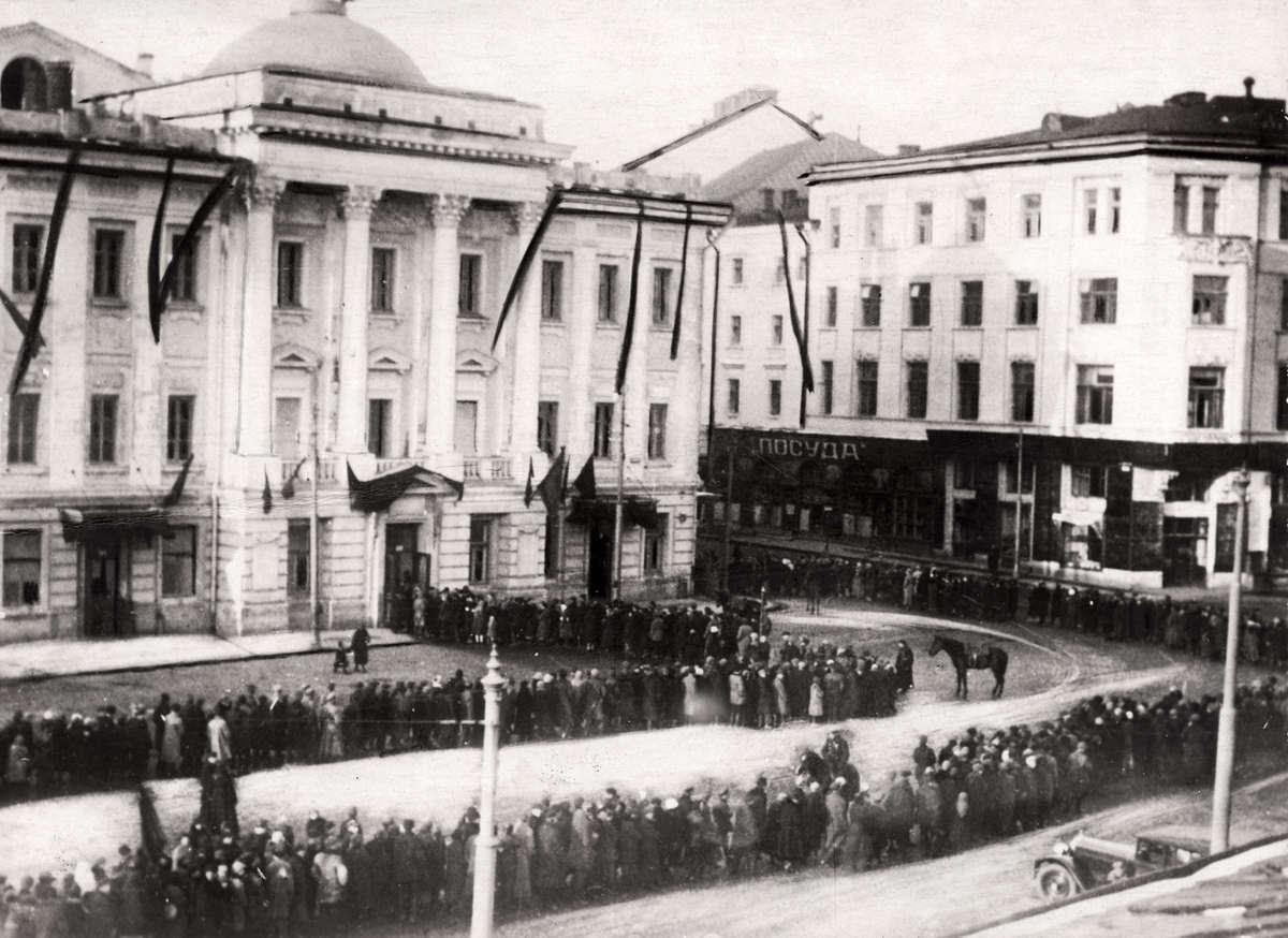 1925. Шествие по улицам Москвы во время похорон Михаила Фрунзе, народного комиссара армии и флота.