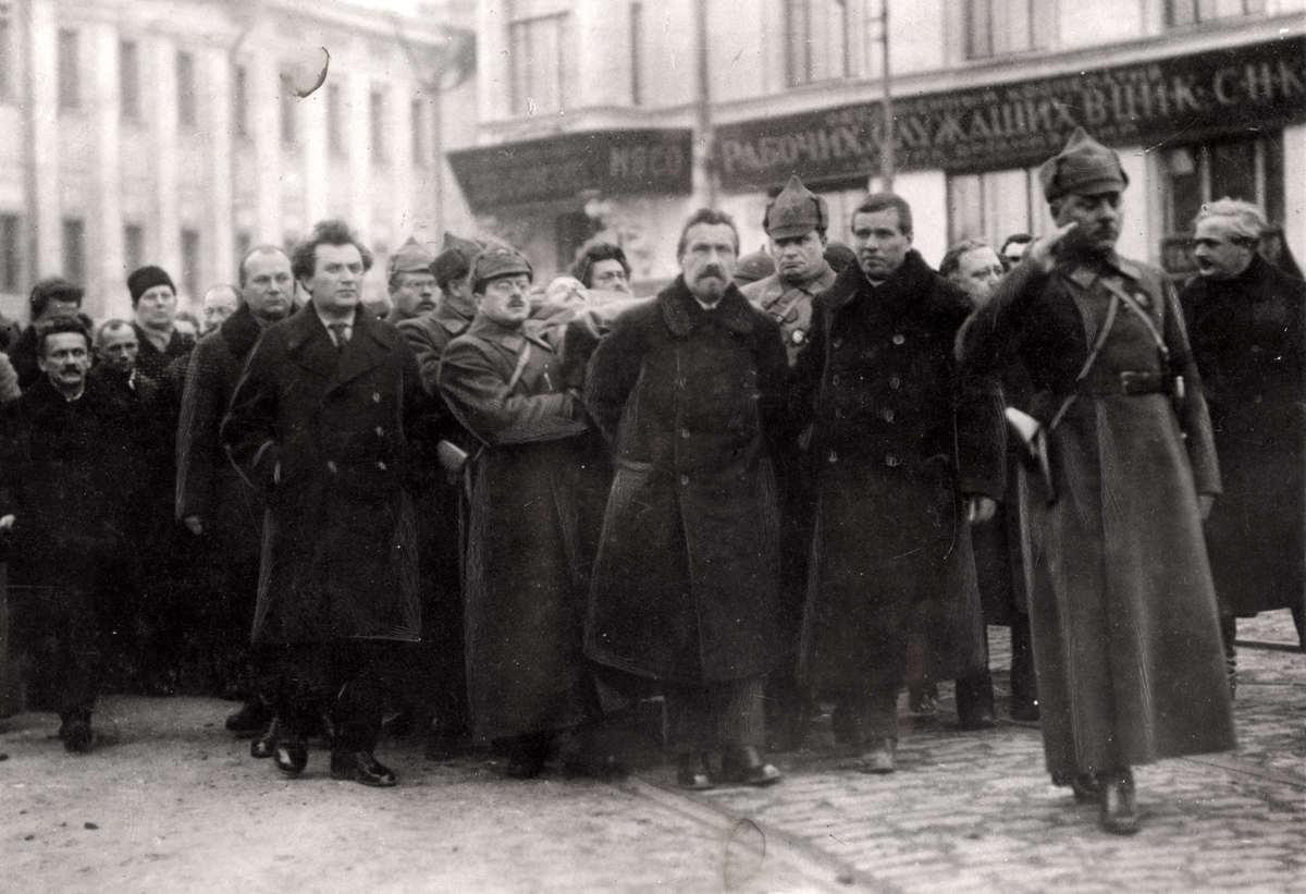 1925. Шествие по улицам Москвы во время похорон Михаила Фрунзе, народного комиссара армии и флота