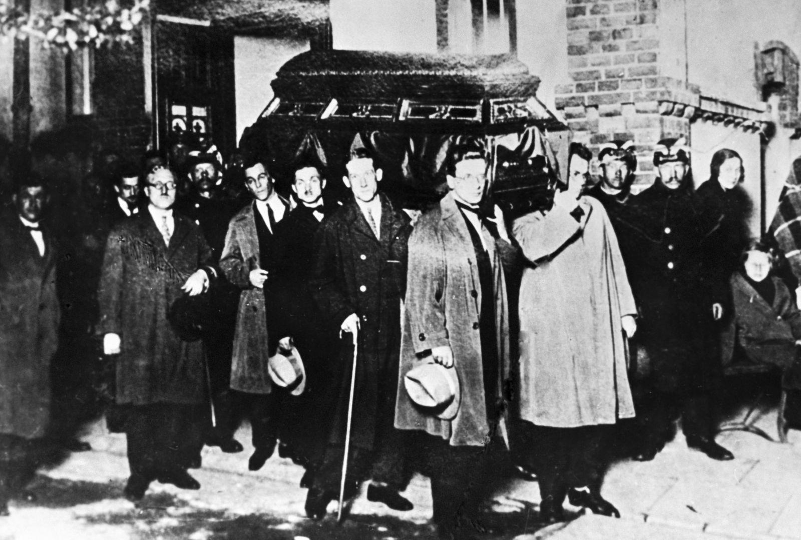 1927. Варшавские проводы. Гроб с забальзамированным телом Войкова выносят из госпиталя Младенца Иисуса для отправки на вокзал