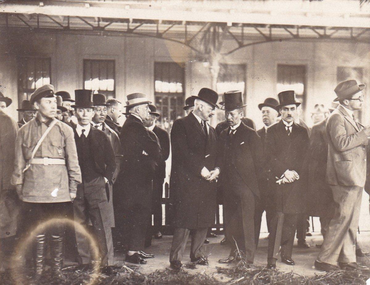1927. Похороны Войкова. Представители дипкорпуса на вокзале