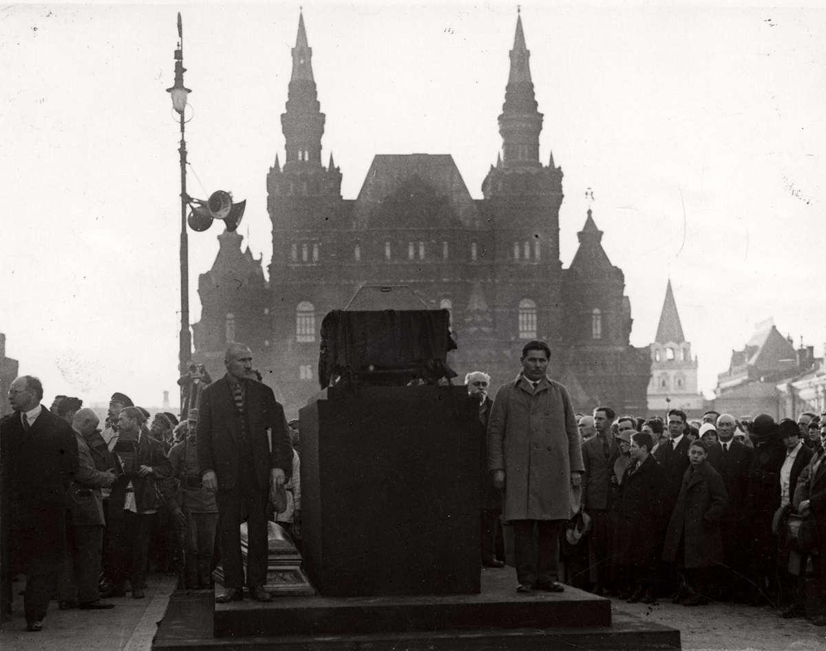 1927. Похороны П. Л. Войкова на Красной площади 11 июня
