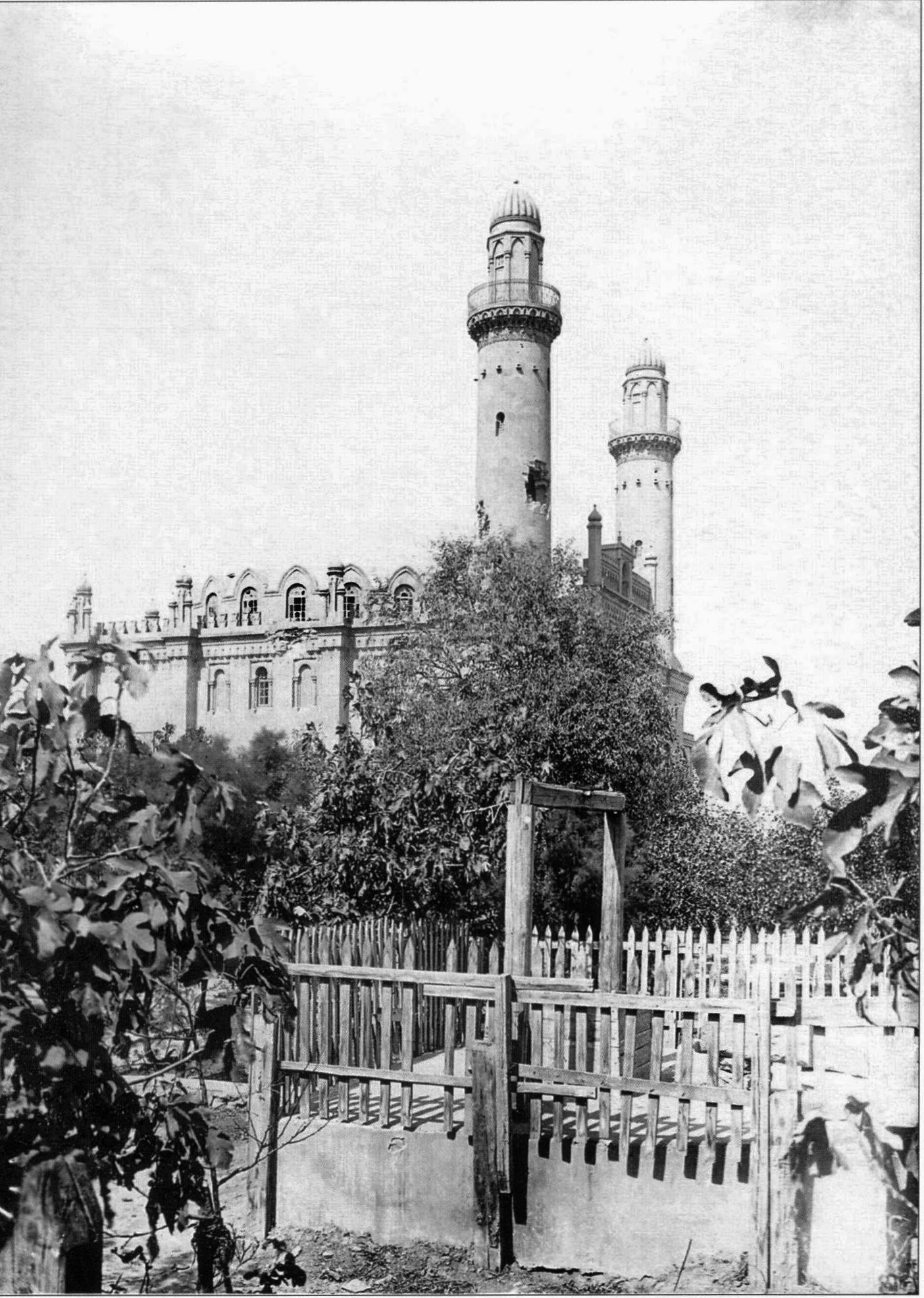 Вид с восточной стороны на мечеть Мечеть Тезепир (Таза Пир), повреждённую снарядами. 1918