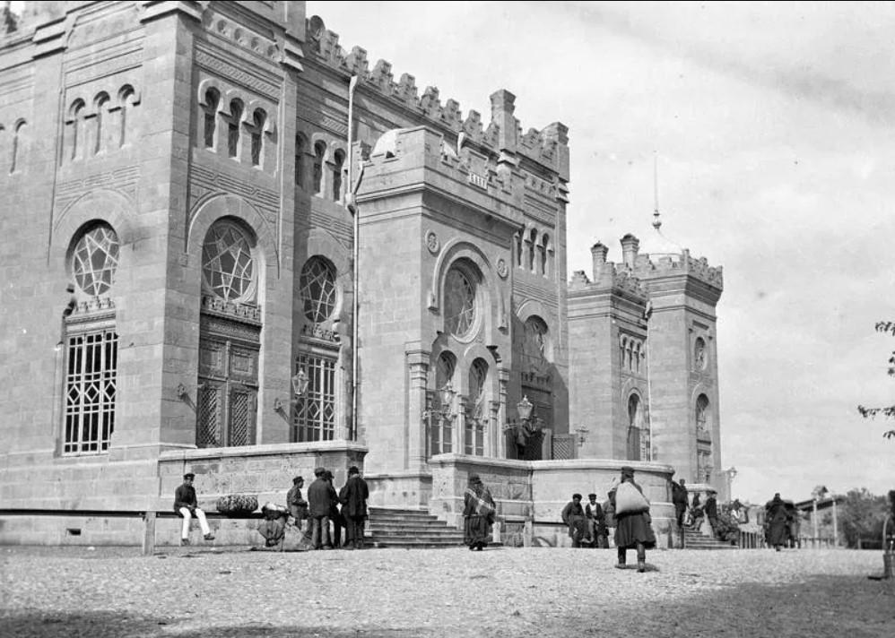 Главный подъезд Тифлисского вокзала Закавказской железной дороги. 1890