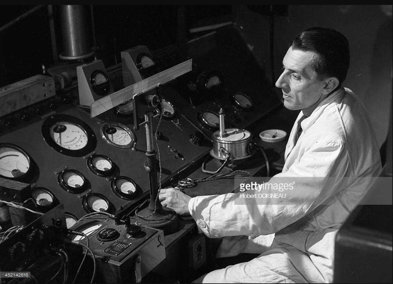 1942. Фредерик Жолио-Кюри за контрольной панелью циклотрона
