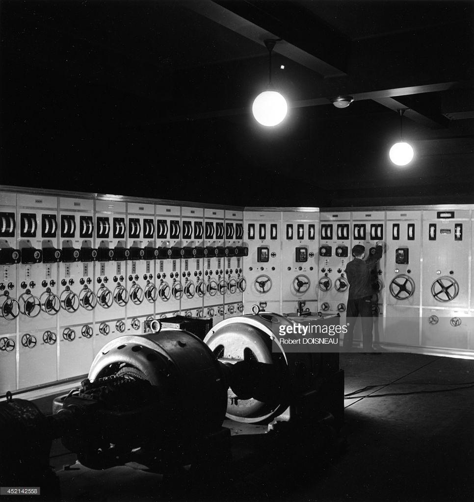 1942.  Генераторная в лаборатории ядерной химии Фредерика Жолио-Кюри